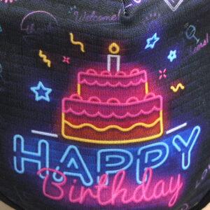 Detail des Aufdrucks «Happy Birthday» auf Mundschutz, Corona-Maske